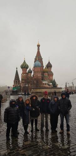 הלהקה מבקרת בכיכר האדום במוסקבה